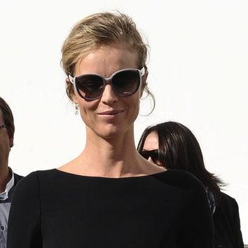 Eva Herzigova sofisticada con gafas