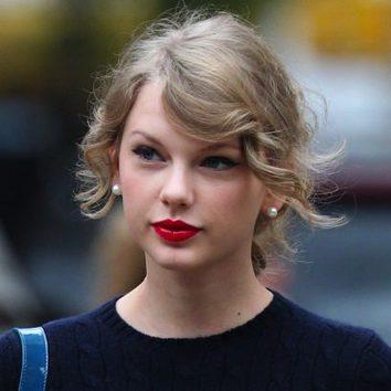 Taylor Swift con labios rojo pasión