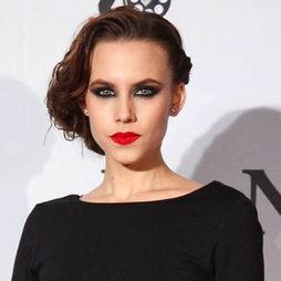 Aura Garrido y su look de 'femme fatale'