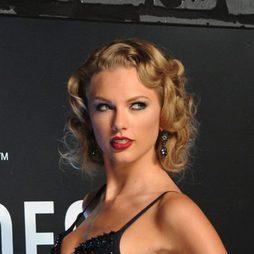 La melena de ondas vintage de Taylor Swift
