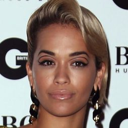 Rita Ora y su look efecto 'dobles cejas'