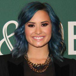 Demi Lovato con el pelo azul