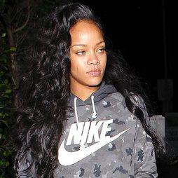 Rihanna presume de melena con extensiones