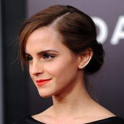 Look de Emma Watson: moño y flequillo a un lado