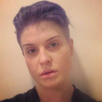 Kelly Osbourne se rapa los laterales de la cabeza