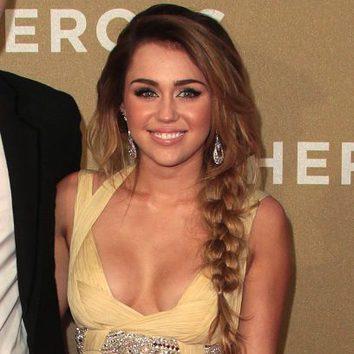 Miley Cyrus con larga trenza lateral