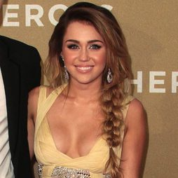 Miley Cyrus con larga trenza lateral