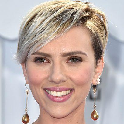 Scarlett Johansson le pone color a sus mejillas