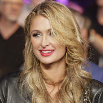 Paris Hilton resalta sus labios de rojo