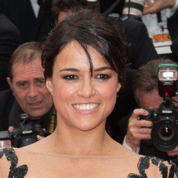 El peinado retro de Michelle Rodriguez