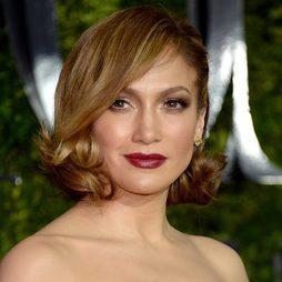 Jennifer Lopez, con bucles y aires retro