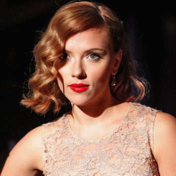 Scarlett Johansson con media melena ondulada