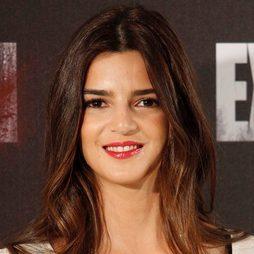 Clara Lago acentúa su sonrisa con un carmín rojo
