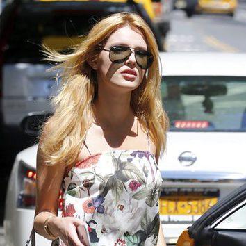 Bella Thorne se alisa su larga melena
