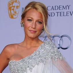 Blake Lively con maquillaje nude