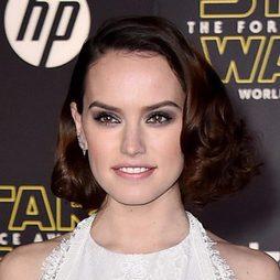 Daisy Ridley deslumbra con su peinado vintage