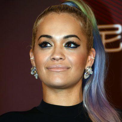 Rita Ora luce una coleta de colores