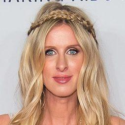 Nicky Hilton, enamora con su peinado trenzado