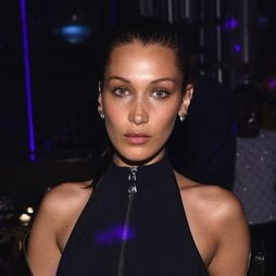 Bella Hadid presume de piercings