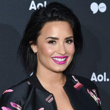Demi Lovato apuesta por los labios fucsia