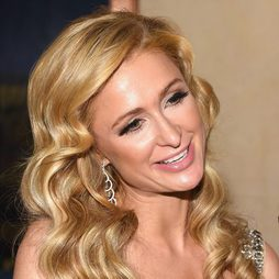Paris Hilton se convierte en ricitos de oro