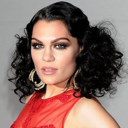 Jessie J sabe lucir pestañas postizas