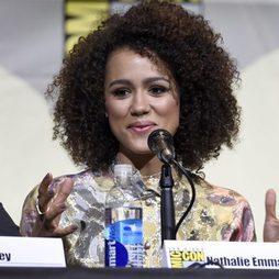 Nathalie Emmanuel marcando pómulo en la Comic-Con
