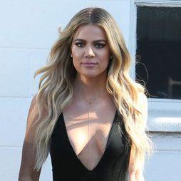Khloé Kardashian pasea con ondas sueltas y extensiones puestas