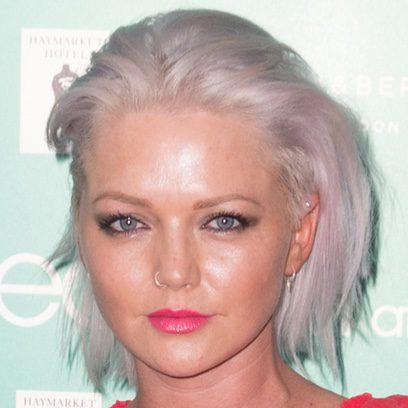 Hannah Spearritt con el pelo lila en Londres