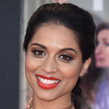 Lilly Singh, con los labios rojos glossy en 'Malas Madres'