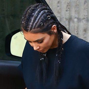 Kim Kardashian luce anillos en el cabello