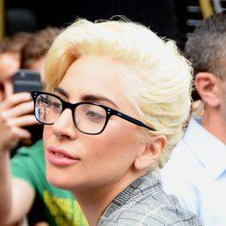 Lady Gaga cejas gruesas y de rubio platino