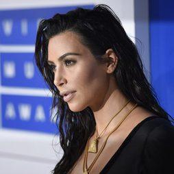 Kim Kardashian deslumbra con un look efecto mojado