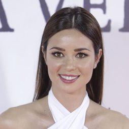 Dafne Fernández con un peinado sleek de raya en medio