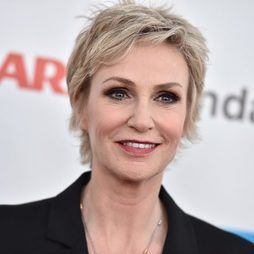 Jane Lynch luce un ahumado de ojos en marrón