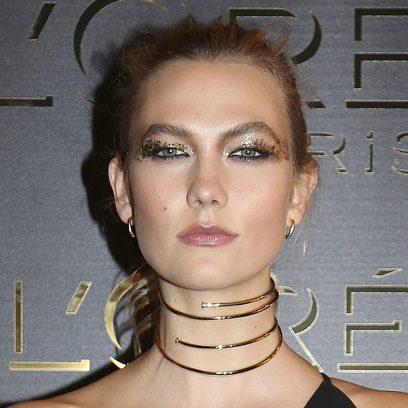 Karlie Kloss con un maquillaje dorado