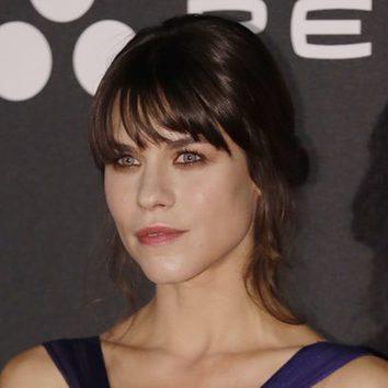 Felicity Jones luce un recogido messy en la premiere de 'Inferno'