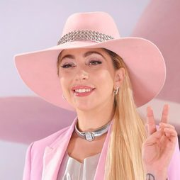 Lady Gaga opta por un look irisado para presentar su nuevo disco