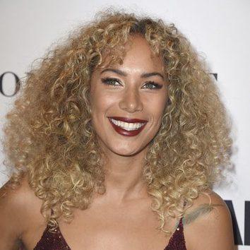 Leona Lewis posa sonriente con una voluminosa melena rubia