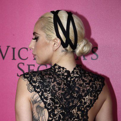 Lady Gaga recoge su cabello en una diadema de cintas