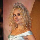 Pixie Lott complementa su look con una corona