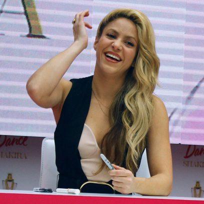 Shakira peina toda su melena hacia un lado