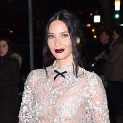 Olivia Munn luce un labial burdeos efecto cuero