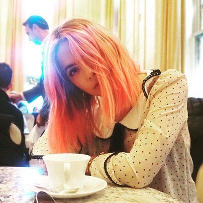 Ashley Benson disfruta del brunch con su nuevo pelo rosa