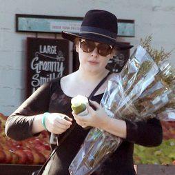 Sombrero y gafas de sol: Adele intenta camuflarse