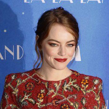 Emma Stone combina su outfit con su maquillaje