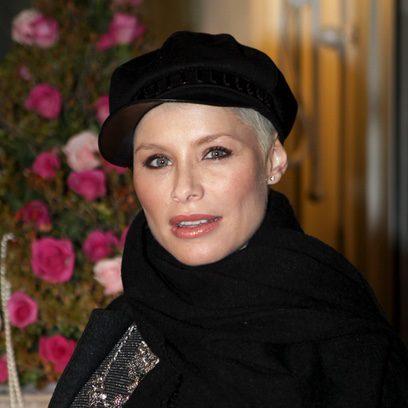 Soraya Arnelas complementa su look con una boina negra