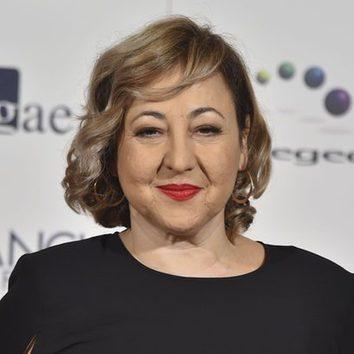 Carmen Machi da color a su look con un rojo pasión