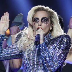 Lady Gaga decora su rostro con pedrería en la Super Bowl