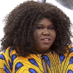 Gabourey Sidibe combina su maquillaje con su outfit